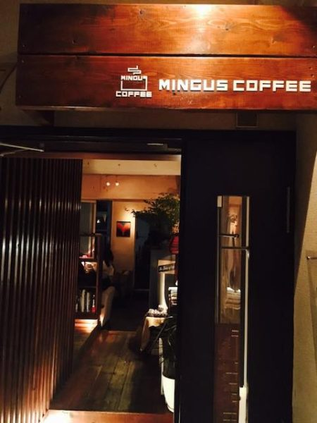 Mingus Coffee Entrance 2 768x1024 1 450x600 - ミンガスコーヒー ネルドリップの濃厚でコク深い1杯が飲めるカフェ