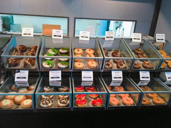 カラフルで見た目のインパクト大の「揚げドーナツ」