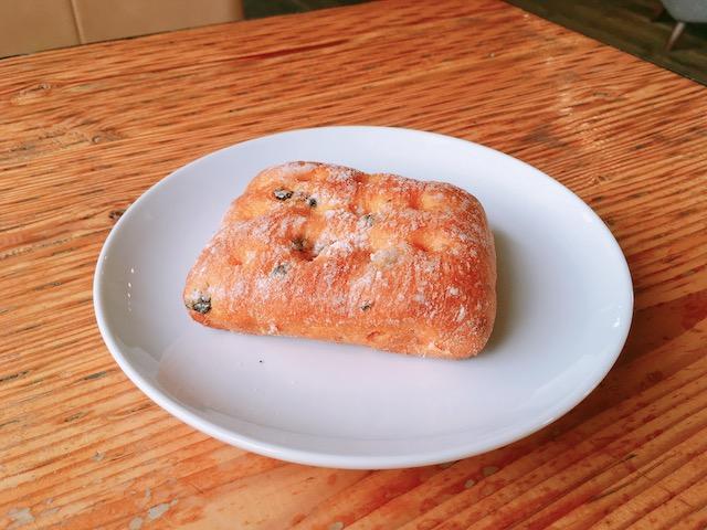 IMG 5351 - スタバ新作フード「ブラックオリーブ トマトブレッド」ピザのような風味香る高級パン
