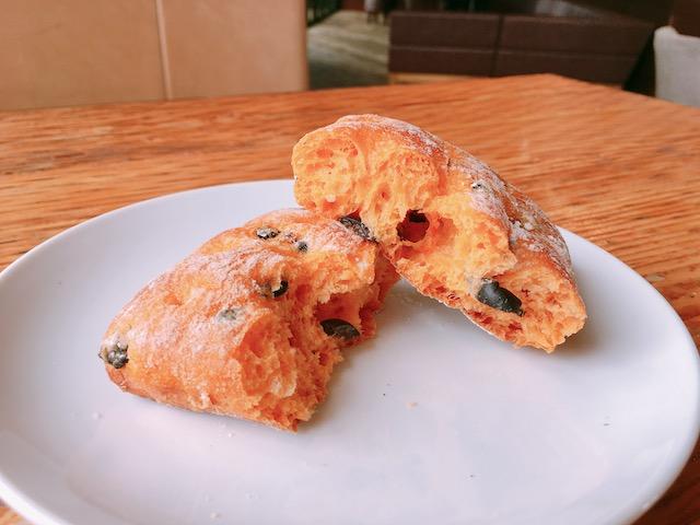 IMG 5359 - スタバ新作フード「ブラックオリーブ トマトブレッド」ピザのような風味香る高級パン