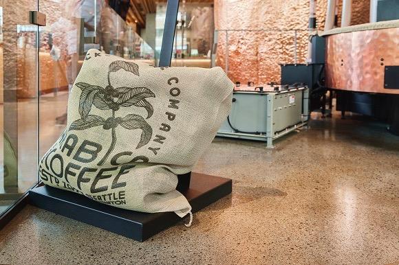 コーヒー豆は麻袋に入れて運ばれる