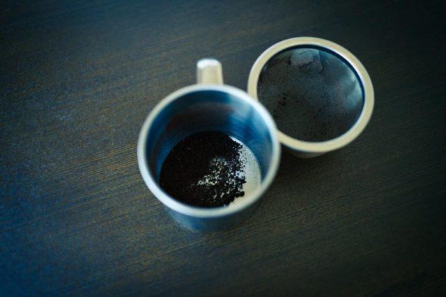 コーヒーの微粉を取り除く
